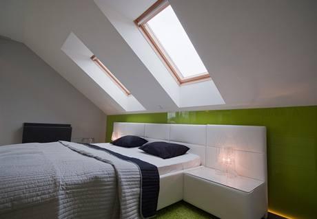 Za postelí je sklo, které má Monika ráda, přála si je už v kuchyni a  koupelně