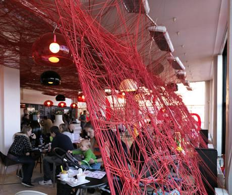 Kavárna v přízemí během Designbloku lákala i svým vybavením značky Kartell