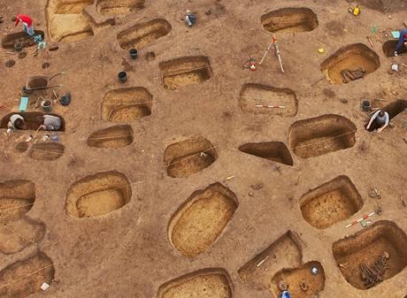Snímek z průběhu záchranného výzkumu v Mikulovicích na Pardubicku, při němž archeologové objevili významnou památku pravěku Čech s nejstaršími nálezy z období 2000 až cca 400 let. př. n. l.