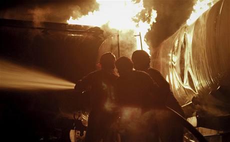 Ozbrojenci z Talibanu zapálili u Islámábádu 27 cisteren s palivem pro NATO (4. října 2010)