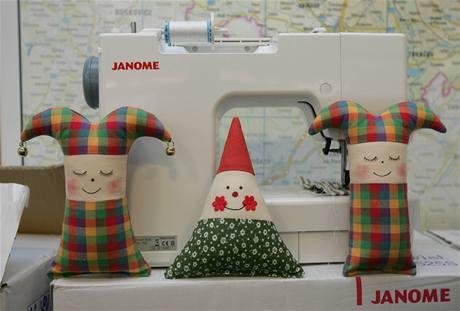 Látkové hračky, které budou vězni šít. Poslouží hasičům či policisté, kteří je budou rozdávat při zásazích dětem, jenž se stanou svědky nebo účastníky tragické události.