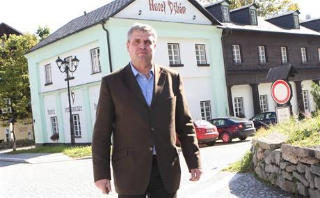 Starosta Karlovy Studánky Roman Reichl před hotelem Džbán, kam se za poslední tři týdny trvale přistěhovalo už 27 lidí.