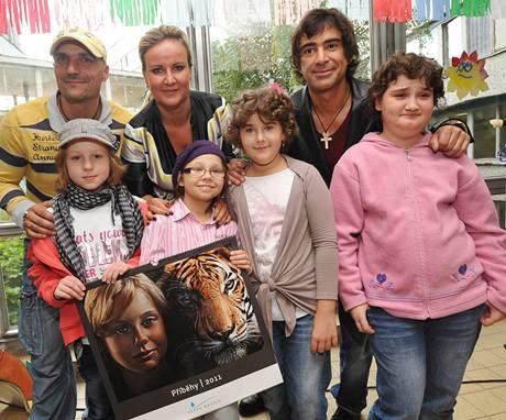 Vendula Auš Svobodová a Sagvan Tofi s dětmi v nemocnici Motol