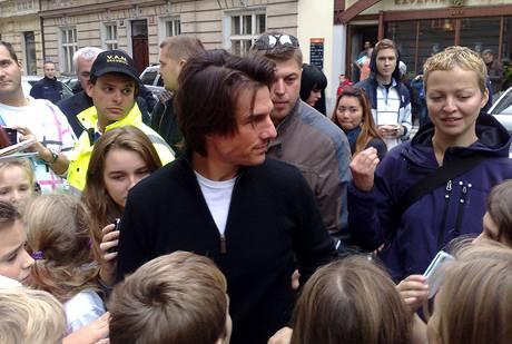 Herec Tom Cruise se v centru Prahy podepisoval dětem z nedaléké školy. Ve vedlejší ulici poté natáčel další scény do filmu Mission Impossible IV