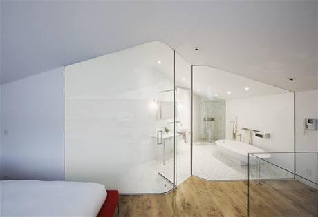 Celoprosklená koupelna, ač se může zdát velmi exhibicionistická, nabízí i intimní koutek