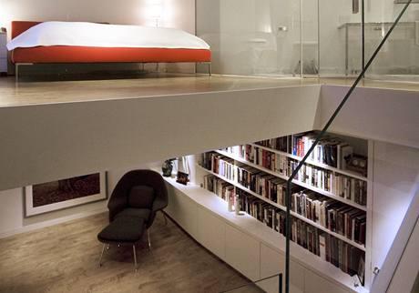 Otevřeně a vzdušně působí prostor při pohledu ze schodiště z druhého do třetího patra. Za literaturou nabitou knihovnou se rafinovaně skrývá prostorná a funkční šatna