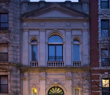 Synagoga maďarských krajanů. Více jak sto let starý dům má zdobenou vápencovou fasádu a nechybí ani osvětlené schodiště s kovaným zábradlím a mohutné masivní dveře