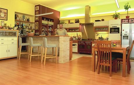 Příjemné barvy. Teplé odstíny linky i nábytku vytvářejí domácí atmosféru