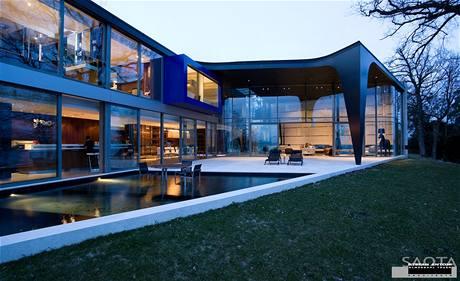 Luxusní vila s bazénem Sow House od architektonického studia Saota stojí u Ženevského jezera