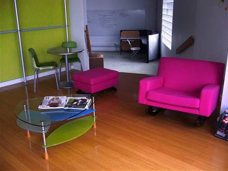 V interiéru dominuje především dřevo a moderní kombinace zelené a fialové barvy