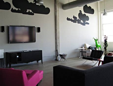 Designéři zde umně nakombinovali levný nábytek z IKEA s luxusním