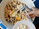 Nezapomeňte přidat čerstvě prolisovaný česnek