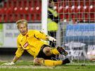 Brankář Slavie Zdeněk Zlámal dostává proti Plzni gól z penalty.