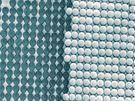 Nanotechnologie. Snímek ukazuje uspořádaný soubor nanokuliček na holografické mřížce, která přesně určuje polohu každé kuličky.