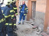 Hasiči v Karlových Varech u chodníku poškozeného výbuchem