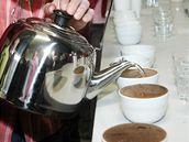 Dávku kávy zalijte vodou horkou asi 95 °C