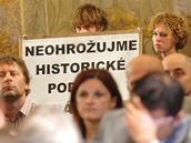 O kontroverzní stavbě podzemních garáží na Zelném trhu v Brně nakonec i přes snahu aktivistů rozhodne až zastupitelstvo, které vzejde po říjnových komunálních volbách.