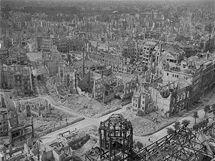 Snímek Richarda Petera z rozbombardovaných Drážďan