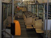 Nové dřevěné sedačky v plzeňské tramvaji