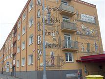 Výtvarně pojaté fasády s reklamami na plzeňských panelácích