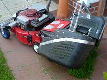 První varianta sekačky na dálkové ovládání vysypává trávu