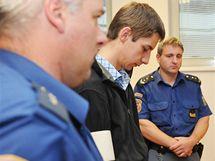 Dvaadvacetiletý Petr Zahradník, který na začátku prázdnin v centru Brna autem zabil 48letou ženu a vážně zranil její 15letou dceru, čelí u soudu obvinění z obecného ohrožení z nedbalosti. Hrozí mu až deset let vězení.