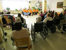 V Třebíčském Domově pro seniory předváděli klienti návštěvníkům, čím se přes den zabývají.