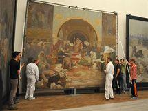 Na z�mku v Moravsk�m Krumlov� za�alo balen� slavn� Muchovy Slovansk� epopeje.