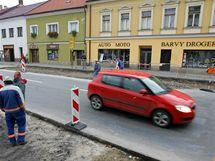 Zrušené přechody v Přibyslavi nahradí brzy nové, díky zúžení silnice budou bezpečnější.