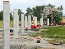 Stavba mostní estakády přes zátopové louky u Rokytky. Nyní na místě stojí most s 12 poli dlouhý 470 metrů.