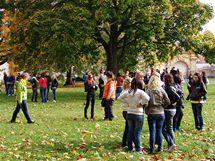 Studenti moravskokrumlovských škol v parku před zámkem s expozicí Slovanské epopeje. (7. 10. 2010)