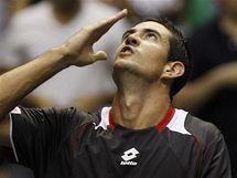 ZASKOČIL FAVORITA. Španěl Guillermo Garcia-Lopez se raduje z vítězství v zápase s krajanem Rafaelem Nadalem.