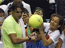 ZKLAMÁNÍ. Rafael Nadal podlehl v semifinále turnaje krajanovi Garciovi-Lopezovi, zájem fanynek o jeho podpis to ale nijak neovlivnilo.