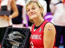 Hana Horáková přebírá cenu pro nejužitečnější hráčku MS 2010