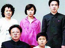 Celá diktátorova rodinka: vlevo sedí Kim Čong-il a Kim Čong-un, nahoře zleva stojí čtvrtá žena současného vládce Severní Koreje Kim Ok, jeho sestra Kim Kjong-hi a její manžel Jang Song-Thaek