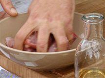 Kostky jehněčího promíchejte s uvedenými ingrediencemi a nechte chvíli marinovat