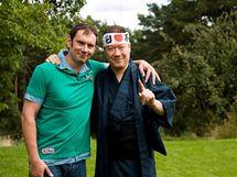 Emanuele Ridi a Tomio Okamura v typickém japonském oděvu