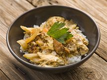 Katsudon. Japonský vepřový řízek  s omáčkou, servírovaný na rýži