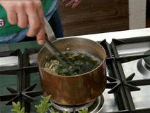 Do polévky přihoďte sojové klíčky i nebobtnalé řasy a promíchejte ji