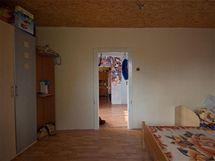 Do ložnice se stropem z OBS desek se vstupovalo přes dětský pokoj