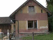 Dům u hřbitova čeká na novou fasádu, novou střechu již dostal