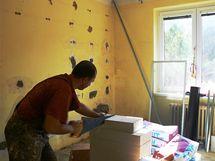 Byt byl zcela vyklizen, proto se mohly tvárnice řezat uvnitř bytu