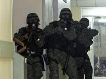 Ekvádorského prezidenta Rafaela Correu musely z obklíčené nemocnice osvobodit speciální jednotky policie (1. října 2010)