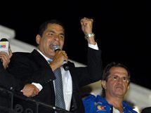 Ekvádorský prezident Rafael Correa po osvobození promluvil z balkónu prezidentského paláce ke svým příznivcům (1. října 2010)