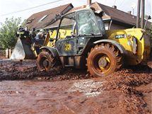 Toxický červený kal zaplavil dvě maďarské obce, záchranáři museli evakuovat desítky lidí (4. října 2010)