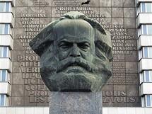 Německo, Chemnitz, dříve Karl-Marx-Stadt. Socha Karla Marxe stále stojí. Váží 50 tun.