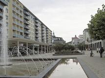 Německo, Chemnitz, dříve Karl-Marx-Stadt. Panelák, který je vidět na pohlednici v pozadí, už není. Nahradily ho obchody.