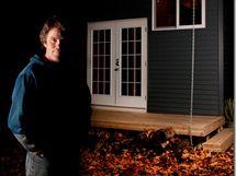 James si svůj minidomeček postavil v přístavním městě Nanaimo v Britské Kolumbii v Kanadě. Žije v něm s přítelkyní