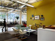 Kanceláře v prvním patře. Industriální duch z místa nemizí díky nezakrytým stropům