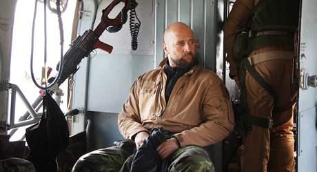 Posádka českého armádního vrtulníku při přeletu nad Afghánistánem (říjen 2010)